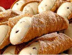 Internet Photo When I think of good Italian pastries, the first thing that comes to my mind is cannoli! It's found in every Italian ba. Grape Recipes, Gourmet Recipes, Sweet Recipes, Healthy Muffin Recipes, Healthy Muffins, Italian Desserts, Italian Recipes, Chocolate Fudge Cookies, Cannoli Dip