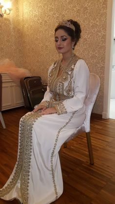Caftan 2018 Noir & Blanc Collection Printemps - Caftan Marocain de Luxe 2018 : Boutique Vente Caftan Pas Cher Morrocan Dress, Moroccan Bride, Moroccan Wedding, Moroccan Caftan, Modest Dresses, Bridal Dresses, Girls Dresses, Traditional Fashion, Traditional Outfits