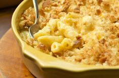 Penne or macaroni au gratin. Tasty main dish made with Italian pasta tossed with béchamel sauce, Parmesan cheese, butter and baked until the surface is crunchy. Macaroni And Cheese Casserole, Creamy Macaroni And Cheese, Mac And Cheese Homemade, Baked Macaroni, Mac Cheese, Hamburger Macaroni, Chicken Casserole, Blue Cheese, Penne