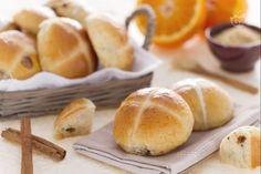 Gli hot cross buns sono panini dolci di origine inglese preparati per la Pasqua, con uvetta e una croce realizzata con farina ed estratto di mandorla.