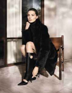 After enlisting Raquel Zimmermann last season, Salvatore Ferragamo enlisted Daria Werbowy as the protagonist of its fall campaign. David Sims shot the Canadian model in the elegant set.