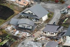 地震で倒壊した住宅=23日午前8時49分、長野県白馬村神城で共同通信社ヘリから ▼23Nov2014共同通信|長野北部地震、負傷者41人に 54棟が全半壊、余震続く http://www.47news.jp/CN/201411/CN2014112301001023.html #Hakuba_Nagano