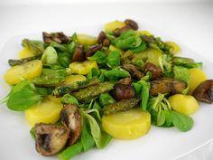 Einfaches Salat-Rezept nach TCM: Vogerlsalat (Feldsalat) mit Kartoffeln und gebratenem Gemüse. Inklusive der Wirkung nach TCM der einzelnen Zutaten. Veggie Recipes, Veggie Food, Chia Pudding, Sprouts, Salads, Vegetables, Healthy, Facebook, Rest