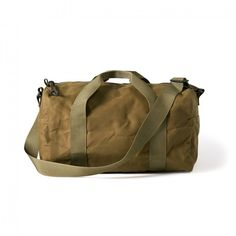 Discover the Filson Small Field Duffle. A heavy-duty, fully lined duffle bag. Featuring water-repellent fabric, with quick-drying handles and shoulder strap. Airline Carry On Size, Small Tins, Vintage Canvas, Fashion Essentials, Style Essentials, Luggage Bags, Bag Making, Gym Bag, Shoulder Strap