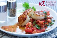 Przegrzebki z salsą pomidorową, z pomidorami z czosnkie, oliwą, bazylią i natką pietruszki