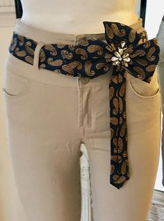 Marine & bronzen paisley 100% zijden stropdas riem met duidelijke & champagne glazen Strass versierd. U kunt deze trendy riem met om het even wat en voor elke gelegenheid kunt dragen. Ik mijzelf en versieren uniek, een van een soort verfraaid riemen van mannen zijden dassen. Elke