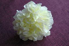 Najprostszy kwiatek z bibułki, można też użyć bibułkowych serwetek.