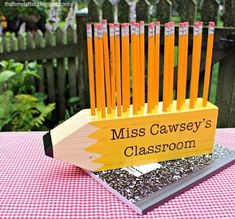 Save your wood scraps! i've got 5 diy scrap wood projects you can make for teachers this holiday season. make this pencil shaped pencil holder from Wood Projects For Beginners, Scrap Wood Projects, Wood Working For Beginners, Scrap Wood Crafts, Rustic Crafts, Welding Projects, Pallet Projects, Woodworking Projects That Sell, Diy Woodworking
