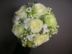 bruidsboeket - witte rozen, ornitogalum  - flowered by falenopsis boechout