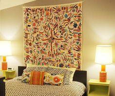 En una casa del Canadá ártico, la pared sobre la cabecera de la cama se adorna con un textil otomí adquirido en México.