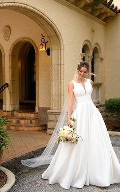 Plus Size Brides, Plus Size Wedding Gowns, Outdoor Wedding Dress, Classic Wedding Dress, Stella York Bridal, Pure Couture, Essense Of Australia, Designer Wedding Dresses, Bride Dresses