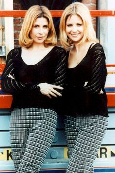 """23 Celebrities Hanging Out With Their Stunt Doubles - Sarah Michelle Gellar with her stunt double on the set of The WB's """"Buffy the Vampire Slayer."""""""