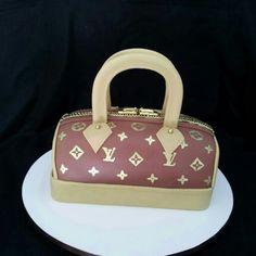 Bolo esculpido no formato de bolsa Louis Vuitton. Todo comestível para festa de aniversário surpresa da Gabriela. www.liliancakedesigner.tk
