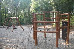 Ny legeplads i Vemb - Leveret og monteret af Nikostine. På billedet ses et #klatrestativ og i baggrunden et #gyngestativ. Du kan se mange flere billeder af den nye #legeplads på Nikostine.dk