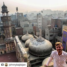 Oppdag nye steder i 2017. #reiseliv #reisetips #reiseblogger #reiseråd  #Repost @johnnybajdzjan with @repostapp  My friend @ahsanhar taking my picture in the #minaret of Wazir Khan #Mosque in #Lahore a lovely day in December 2016. Doves on the dome and the #skyline of the main city of #Punjab #Pakistan. . #visitpakistan #lahoregram #cityscape #svenskaresebloggar #grey #mosque #architecturelover #travelersnotebook