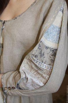Рукав украшен вставкой из разных нежных тканей и лент .