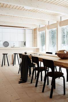 Minimalistisk design i de finske skoger Kitchen Dining, Dining Room, Dining Table, Simple House, Minimalist Home, Home Kitchens, Kitchen Remodel, Sweet Home, House Design