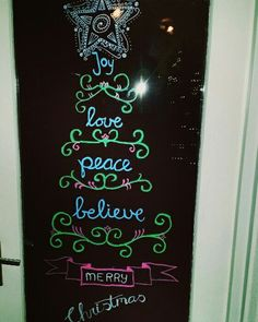 krijtstift raamtekening raamdecoratie kerst kerstmis handlettering kerstballen kerstster sterren ster kerststal kerstboom wensboom schoolbord chalkboard chalkmarker chalkwriter windowpainting windowart xmas x-mas christmas quote woonkamer interieur sfeer sfeervol krijttekening december winter raamtekening raam tekenen raamtekeningen raam doodle doodles