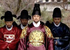 [박경은의 '잼있게 살기'] 사극으로 보는 조선의 왕들 http://capplus.khan.kr/571드라마 왕국이라는 우리나라. 특히 사극은 정말 많이 만들어졌습니다.   역사공부를 사극으로 할정도이니까요.  사극이라면 지금까지 거의 왕조 중심으로 그려졌습니다.   간간이 민초들의 삶을 다룬 사극이 있긴 했지만 대부분은 왕과 조정, 혹은   구중궁궐의 생활을 다룬 것이 대부분이었습니다.