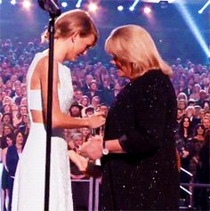 Taylor accepting the Milestone Award from her mom at the ACMs <3