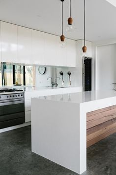17 georgous white modern kitchen inspirations to inspire your next kitchen design. Interior design at its best and home decor to love. Kitchen Benchtops, Kitchen Backsplash, Backsplash Ideas, Wooden Benchtop Kitchen, Kitchen Mirror Splashback, Quartz Backsplash, Beadboard Backsplash, Stone Backsplash, Modern Kitchen Design