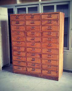 Interior design recupero vecchia cassettiera da ufficio interamente in legno in ottime condizioni. dimensione: 139 cm x h 170 cm x 48 cm SESTINI E CORTI