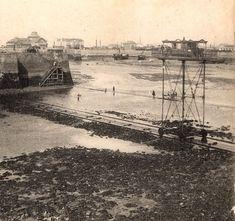 Ce pont roulant a été construit en 1873 par l'architecte Alexandre Leroyer (1827-1886), il permettait de relier Saint-Malo à Saint-Servan qui sont séparés par l'entrée du port que ce soit à marée basse ou haute. Il était constitué d'une plateforme de 6m sur 7m placée sur une structure de 10 mètres de haut qui roulait sur un chemin de fer, il était tracté d'un coté à l'autre par un moteur placé sur le quai. 50 personnes qui payaient entre un et deux sous, suivant la classe, pouvaient prendre… Saint Servan, Monuments, Region Bretagne, Nautical Art, France, Normandy, Brittany, Paris Skyline, Saints