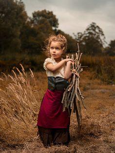 Bill Gekas é um fotógrafo australiano com grande fascínio pelos trabalhos dos Grandes Mestres, como Vemeer e Rembrandt. Foi quando ele teve uma ideia maluca de fazer sua filha de 5 anos ser parte do trabalho. Fazer com que uma criança pareça natural em um cenário do século 18... Mas o que chama a atenção nas imagens é a pequena garota.. Espontânea e expressiva.