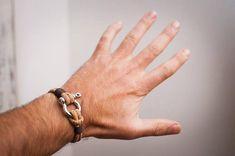 Bonita pulsera de corcho con cierre con grillete de acero. Esta pulsera náutica está hecha con un cordón de corcho 100% natural, ecológico y vegano. De origen: Portugal. Gran calidad de pulsera vegana. Ideal como regalo para hombre. Disponibles varias medidas: Talla XS: 6 - 15 cm