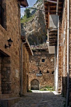 Un pueblo escondido atravesado por una cascada en Burgos (Orbaneja del Castillo)