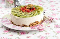 Sitruunainen mansikka-kiivikakku. Hyydytetyt kakut ovat upean raikkaita ja niistä saa helposti myös näyttävän näköisiä. Isoissa juhlissa hyydytettyjen kakkujen etu on myös niiden helppotekoisuus.
