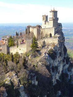 Guaita Castle, San Marino La fortaleza de Guaita es la más antigua de las tres torres construidas en el Monte Titano, y la más famosa. Fue construida en el siglo 11 y sirvió brevemente como una prisión. Se muestra tanto la bandera nacional y el escudo de armas de la República de San Marino.