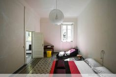 LUCCA Appartement à Lucques, Italie. Large double bedroom with furniture and private heating.  The apartment is on the noble floor of an ancient palace in the heart of Lucca, but the area is served by several car parks at most 5 minutes away on foot.  The bus terminal connecting Lucc...