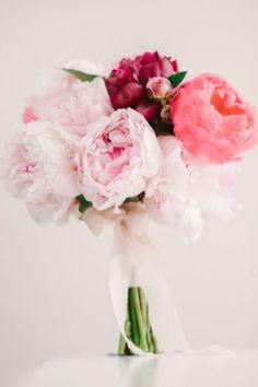 <p>Ce bouquet surprend par sa simplicité. Les pivoines, c'est la valeur sûre par excellence. Elles combinent chic et élégance. </p>