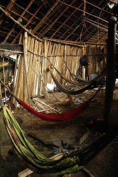 """Índios Yanomami - Surucucu, Amazônia, Brasil """"Oca: É uma a mais comum habitação indígena, principalmente entre os índios da família tupi-guarani (neste caso, Yanomamis). Consiste em uma grande cabana, feita com troncos de árvores e cobertas com palha ou tranco de palmeira. Na oca, podem viver várias famílias de uma mesma tribo."""" http://ensinar-aprender.com.br/"""