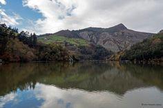 Pico El Cuco reflejado en el embalse de Doiras....