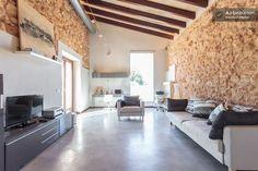 El salón se ubica en la antigua caseta de piedra que habia originalmente en la finca.: