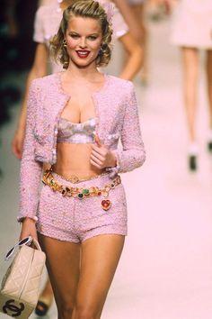 Eva Herzigova walks with Karl Lagerfeld during the Fashion Week 1994 . - Eva Herzigova walks with Karl Lagerfeld on the catwalk during Fashion Week 1994 Eva Herzigova walks - Trend Fashion, 2000s Fashion, Chanel Fashion, Fashion Weeks, Look Fashion, Couture Fashion, Runway Fashion, Fashion Models, Fashion Show