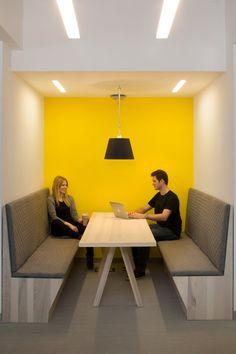 Mooie werkplek, accentkleur geel doet het goed in deze combinatie