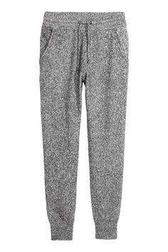 Joggers em malha: Joggers em malha fina de mistura macia de algodão, com elástico e cordão de ajuste na cintura e bolsos laterais. Remate das pernas em malha canelada.
