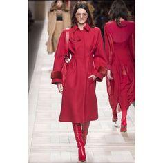 Vermelho é a cor mais quente: se depender das grifes que desfilam na Semana de Moda de Milão a tonalidade sexy dará o tom ao guarda-roupa de inverno. Nas passarelas ela aparece em vestidos casacos calças e sapatos de marcas como @fendi @albertaferretti  @gucci @prada e @vivetta . Qual delas é a sua preferida?!? #mcnamfw #mfw (via @maricaruso )  via MARIE CLAIRE BRASIL MAGAZINE OFFICIAL INSTAGRAM - Celebrity  Fashion  Haute Couture  Advertising  Culture  Beauty  Editorial Photography…