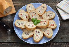 Bagheta umpluta cu branza si sunca – reteta video via Stuffed Baguette, Weight Watchers Appetizers, Sandwiches, Romanian Food, Romanian Recipes, Good Food, Yummy Food, Bread And Pastries, Snacks