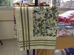 Toalha de Mesa, em tecido tricoline com barrado e vies.  1.45cm X 1.45 cm