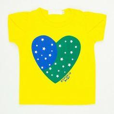 584211d15d Em ritmo de Copa do Mundo    Camiseta Amarela Brasil Bebê Feminina Estampa  Coração Empório Baby!