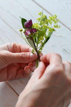 Wildblumen-Hochzeit – Teil 3: Blumenarmband für Brautjungfern selbst binden | Blumigo Herbs, Bridesmaid, Plants, Wildflowers Wedding, Flower Bracelet, Flower Jewelry, Bridesmaids, Maid Of Honour, Herb