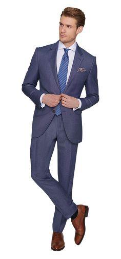 Der Anzug von Dolzer in Tiefseeblau ist ein wahrer Allrounder. Sein körpernaher Schnitt und die hochwertige Schurwolle verleihen ihm höchsten Tragekomfort. Der blaue Farbton bringt eine frische Brise in Ihren Look. Dolzer setzt beim einreihigen Sakko mit zwei Schließknöpfen auf Klassik: Pattentaschen, fallendes Revers und Knopfloch sowie Einstecktuch. Die Hose ist schmal geschnitten, mit Bügelfalten. Wählen Sie dazu ein weißes Baumwollhemd mit Haifischkragen und Fischgratmuster.