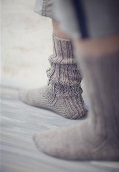 Love these simple, well-designed socks. Crochet Socks, Knitting Socks, Knitting Needles, Free Knitting, Knit Crochet, Knitting Videos, Knitting Patterns, Crochet Patterns, Wool Socks