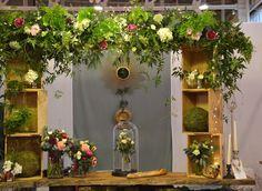 arche florale pour une décoration de table. Fleuriste : vert autrement