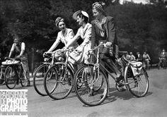 Journée de l'élégance à bicyclette. Paris, juin 1942