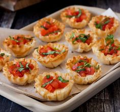 A bite-size spin on the light, flaky pizza you love. These Margherita Pizza Phyllo Bites are packed with tomato, mozzarella and basil. Finger Food Appetizers, Yummy Appetizers, Appetizers For Party, Finger Foods, Appetizer Recipes, Phyllo Appetizers, Phyllo Recipes, Cooking Recipes, Pizza Margarita